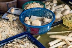 Vielzahl des frischen essbaren Schnitt-, gehacktem, zerrissenem und geschnittenemrohen Bambusses für Verkauf am lokalen Markt in  Stockbilder
