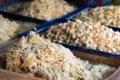 Vielzahl des frischen essbaren Schnitt-, gehacktem, zerrissenem und geschnittenemrohen Bambusses für Verkauf am lokalen Markt in  Lizenzfreie Stockbilder