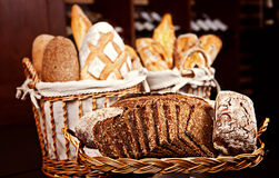 Vielzahl des gebackenen Brotes in den Körben Lizenzfreies Stockbild