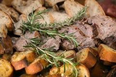 Vielzahl des geschnittenen Brotes mit Rosemary Herb Stockfotografie