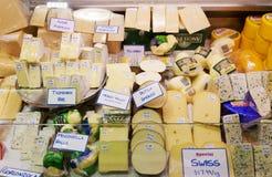 Vielzahl des Käses verkaufend in einem Markt Lizenzfreie Stockfotos