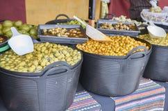 Vielzahl vieler Oliven auf einem Markt Lizenzfreie Stockfotografie
