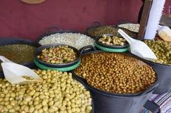 Vielzahl vieler Oliven auf einem Markt in Valencia Lizenzfreies Stockfoto