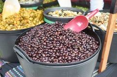 Vielzahl vieler Oliven auf einem Markt in Valencia Lizenzfreie Stockbilder