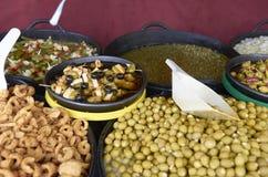 Vielzahl vieler Oliven auf einem Markt in Valencia Stockbilder