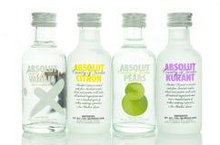 Vielzahl von Absolut würzte den Wodka, der auf weißem Hintergrund lokalisiert wurde Lizenzfreie Stockfotos