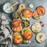 Vielzahl von Bageln mit Gemüse-, Lachs- und Frischkäse Stockbild