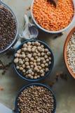 Vielzahl von Bohnensamen in einer Schüssel Auf rustikalem Hintergrund Lizenzfreies Stockfoto