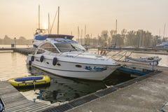 Vielzahl von Booten wird zu einem Pier im Hafen festgemacht Stockbilder