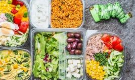 Vielzahl von Brotdosen der gesunden Diät mit Gemüse Salat und Maßband Salatschüsseln in den Plastikpaketen mit Maß lizenzfreies stockbild