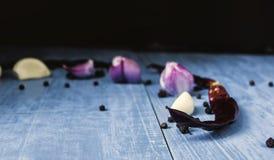 Vielzahl von bunten frischen Kräutern und von Gewürzen mischte Kräuter, Zwiebeln, Knoblauch, Paprika und Pfeffer auf dem blaue lizenzfreies stockbild