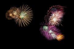 Vielzahl von den bunten Feuerwerken lokalisiert auf schwarzem Hintergrund stockfotografie