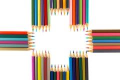 Vielzahl von den farbigen Bleistiften vereinbart als Pluszeichen, an lokalisiert Lizenzfreies Stockbild