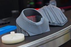 Vielzahl von den Plastikprodukten hergestellt durch Drucken 3D lizenzfreie stockfotos
