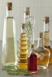 Vielzahl von Flaschen mit Essig lizenzfreie stockbilder