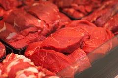 Vielzahl von Fleischscheiben in den Kästen im Supermarkt Lizenzfreie Stockfotos