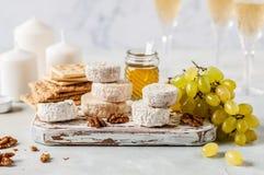 Vielzahl von französischen Käsen in Dusty Pantry lizenzfreies stockfoto