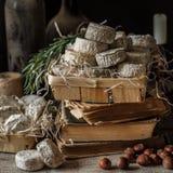 Vielzahl von französischen Käsen in Dusty Pantry stockbilder