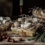 Vielzahl von französischen Käsen in Dusty Pantry stockfoto