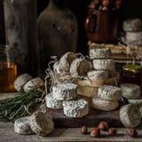 Vielzahl von französischen Käsen in Dusty Pantry lizenzfreie stockbilder
