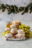 Vielzahl von französischen Käsen in Dusty Pantry stockfotos