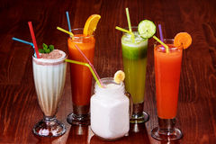 Vielzahl von frischen gesunden Smoothies und Cocktails Paleo in den Regenbogen-Farben auf hölzernem Hintergrund, Strandfest lizenzfreies stockbild
