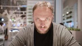 Vielzahl von Gefühlen Mann mit grauen Augen und einem Bart ist sehr ernst und betrachtet die Kamera Konzentration stock video