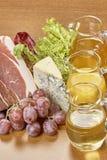 Vielzahl von Gemüse Bestandteilen für das Kochen auf hölzernem rustikalem Draufsichtkäseauberginenpfefferöl-Saftlamm des Hintergr Stockbilder