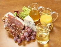Vielzahl von Gemüse Bestandteilen für das Kochen auf hölzernem rustikalem Draufsichtkäseauberginenpfefferöl-Saftlamm des Hintergr Stockfotografie