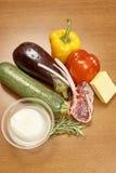 Vielzahl von Gemüse Bestandteilen für das Kochen auf hölzernem rustikalem Draufsichtkäseauberginenpfefferöl-Saftlamm des Hintergr Lizenzfreie Stockfotografie