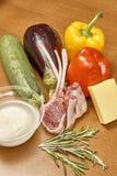 Vielzahl von Gemüse Bestandteilen für das Kochen auf hölzernem rustikalem Draufsichtkäseauberginenpfefferöl-Saftlamm des Hintergr Lizenzfreies Stockbild