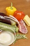 Vielzahl von Gemüse Bestandteilen für das Kochen auf hölzernem rustikalem Draufsichtkäseauberginenpfefferöl-Saftlamm des Hintergr Stockfoto