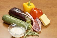 Vielzahl von Gemüse Bestandteilen für das Kochen auf hölzernem rustikalem Draufsichtkäseauberginenpfefferöl-Saftlamm des Hintergr Lizenzfreie Stockfotos
