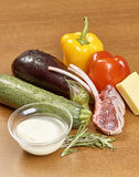 Vielzahl von Gemüse Bestandteilen für das Kochen auf hölzernem rustikalem Draufsichtkäseauberginenpfefferöl-Saftlamm des Hintergr Lizenzfreie Stockbilder