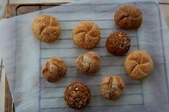 Vielzahl von kleinen Broten mit Samen Lizenzfreie Stockbilder