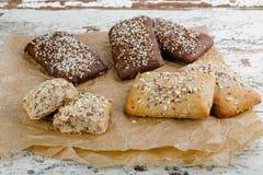 Vielzahl von kleinen Broten mit Samen Lizenzfreie Stockfotos