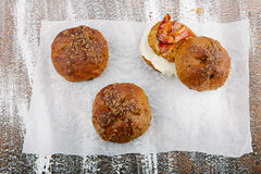 Vielzahl von kleinen Broten mit Samen Stockfotografie