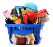 Vielzahl von Konsumgütern im Plastikeinkaufskorb Stockfotografie