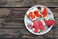 Vielzahl von Käseimbissen auf Holztisch Lizenzfreie Stockfotografie