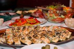 Vielzahl von Nahrungsmitteln auf dem Tisch Lizenzfreie Stockbilder