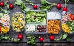 Vielzahl von sauberen nährenden Salaten im Plastikpaket und im grünen messenden Band auf rustikalem Hintergrund, Draufsicht Gesun Lizenzfreie Stockfotos