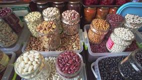 Vielzahl von verschiedenen Samen, von Bohnen und von Nüssen auf lokalem Nahrungsmittelmarkt der gesunden Nahrung stock video
