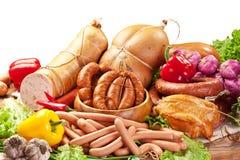 Vielzahl von Wurstwaren mit Gemüse. Beschneidungspfad. Stockfotos