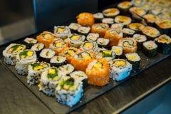 Vielzahlbuffet Sushirolle, Japan-Nahrung lizenzfreie stockfotos
