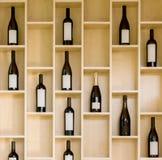 Vielzahlflaschen Wein und Champagner in einem hölzernen Einkommen im Speicher Stockbild