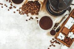 Vielzahlsachen für bereiten Kaffee zu Gebratener Bohnen-, gemahlenerkaffee, Schaufel, elektrische Kaffeemaschine und Zusammenstel Stockfotografie