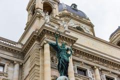 Viena/Áustria - 5 de abril de 2018: Anjo na entrada do museu da história natural Viena imagens de stock