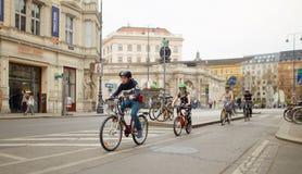 Viena, Áustria - 15 de abril de 2018: ciclismo do tráfego ao longo da rua da cidade foto de stock