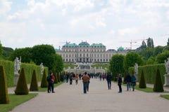 VIENA, ÁUSTRIA - 30 de abril de 2017: Construção bonita do palácio superior do Belvedere em um dia ensolarado com céu azul e nuve Imagem de Stock