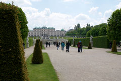 VIENA, ÁUSTRIA - 30 de abril de 2017: Construção bonita do palácio superior do Belvedere em um dia ensolarado com céu azul e nuve Imagens de Stock Royalty Free